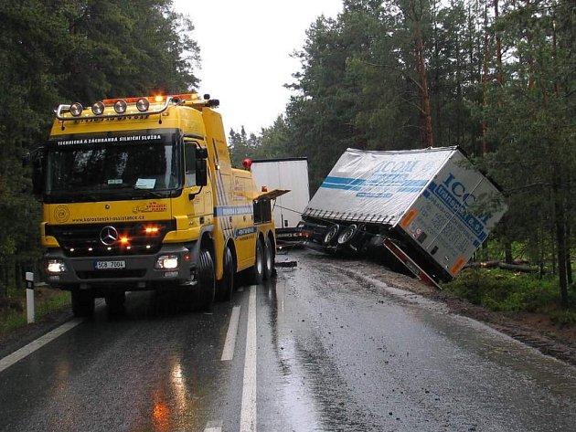 Nehoda kamionu u Halámek.