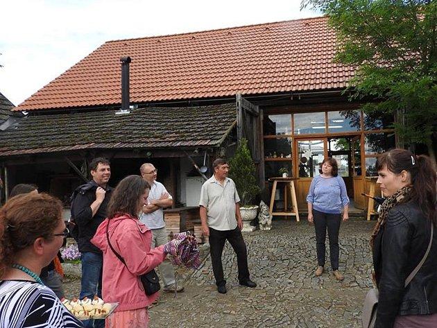 KOMISE V ROSEČI. Roseč si v jihočeském kole soutěže Vesnice roku vysloužila diplom za péči o kulturní dědictví. Komise ocenila snahu o záchranu bývalé farní stodoly, kterou obec kompletně opravila, vybudovala v ní společenskou místnost.