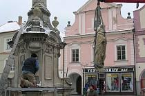 Poslední rekonstrukce Mariánského sloupu na náměstí v Třeboni se konala před více než deseti lety. Sochy světců poté, co opustily restaurátorskou dílnu, putovaly zpět na Mariánský sloup v centru Třeboně.