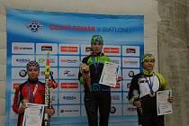 Staroměstská biatlonistka Lenka Bártová (vlevo)  skončila v úvodním kole Českého poháru žactva druhá ve sprintu i ve vytrvalostním závodě.