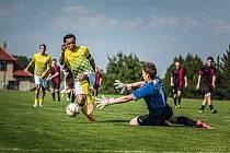 Jindřichohradečtí fotbalisté (ve žlutém) vyhráli přípravný duel v Dačicích 6:1.