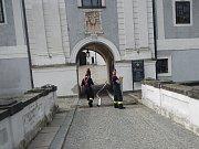 Ve čtvrtek čekalo hradecké hasiče cvičení na zámku. Mimo jiné si vyzkoušeli dopravu vody z náhonu před zámkem až k rondelu.