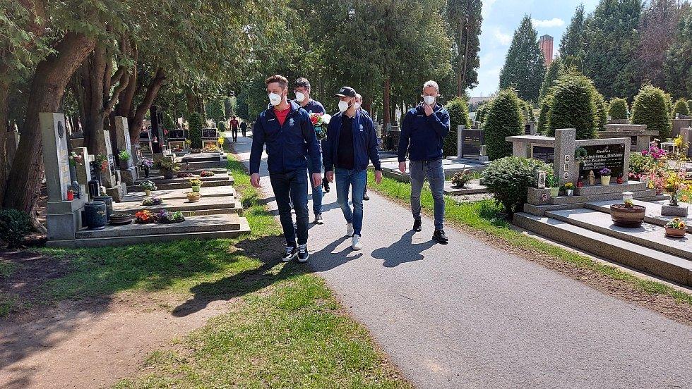 Čeští hokejoví reprezentanti se přišli na jindřichohradecký hřbitov uctít památku místního rodáka a výtečného hokejisty Jana Marka.