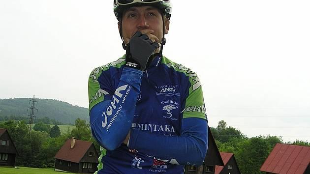 David Kníže z jindřichohradecké stáje Bike sport Joma začíná po vlažnějším startu do sezony rázně promlouvat do výsledové listiny v závodech horských kol, což potvrdil i naposledy ve Zruči.