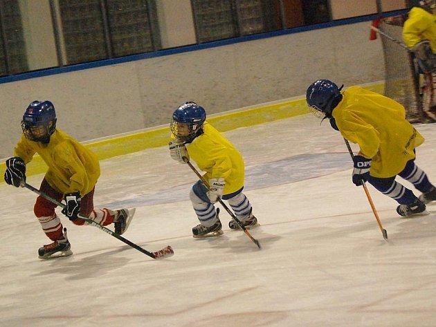 Mimo dvou bruslení pro veřejnost týdně je ledová plocha jindřichohradeckého stadionu vytížena tréningy hokejového klubu. Na snímku  z tréninku jsou žáci 7. a 8. tříd.