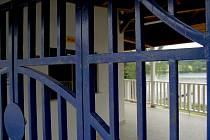 Zamčená vstupní brána jindřichohradecké plovárny