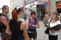 Obchodníci nabízejí své výrobky rádi hlavně ve frekventované Panské ulici v Jindřichově Hradci.  Ne každém se ale jejich nabízení výrobků a nebo služeb líbí.