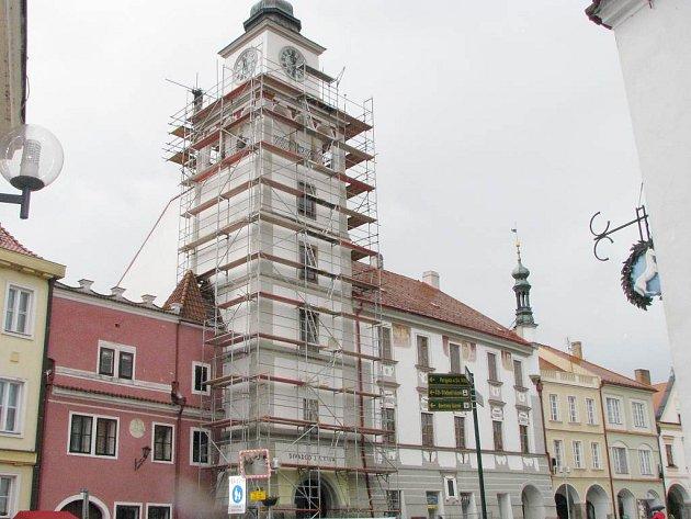 Radniční věž v Třeboni obsadili zedníci.