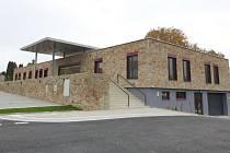 Nový lékařský dům v Nové Bystřici nabízí pacientům bezbariérový přístup s posuvnými dveřmi. Nechybí tu ani garáž a zázemí, které by mohli využít záchranáři v případě rozšiřování výjezdních míst.