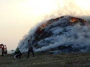 U Dačic v úterý večer hořel stoh slámy.