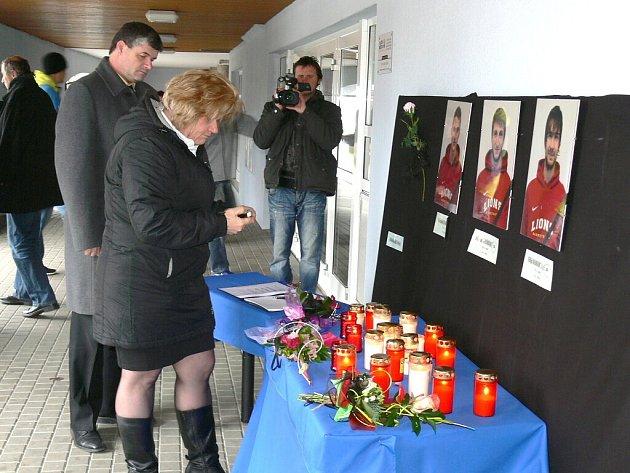 KONDOLENČNÍ MÍSTO u jindřichohradecké sportovní haly lidé už od rána zaplavovali svíčkami a květinami. Tragická smrt  mladých sportovců zasáhla ve městě nad Vajgarem snad každého.