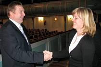 Starosta Jiří Houdek těsně po svém znovuzvolení do funkce v loňském roce si podal ruku s místostarostkou Terezií Jenisovou na budoucí spolupráci.