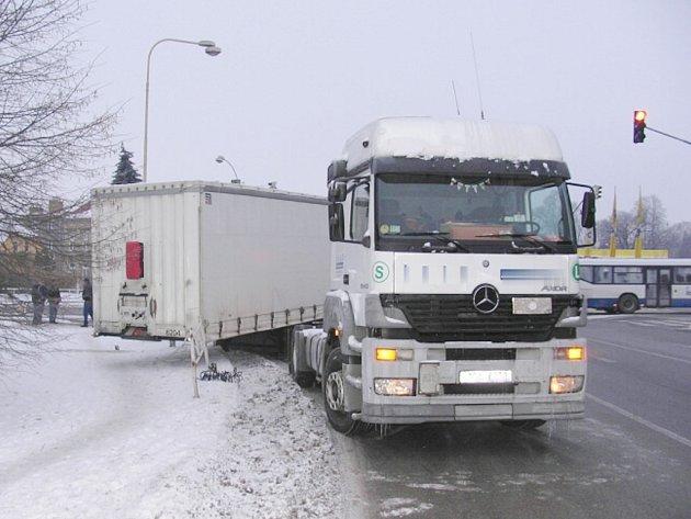 Kamionu se na křižovatce u nádraží v Jindřichově Hradci odpojil návěs a poškodil zábradlí.