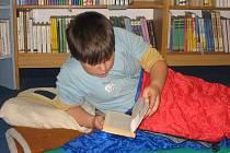 Děti strávily noc v knihovně.
