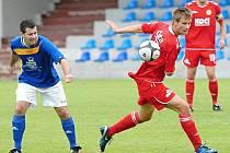 Fotbalisté J. Hradce prohráli na půdě písecké rezervy 1:4. Na snímku hostující Michal Krejčí (vpravo) a Martin Rozhoň.