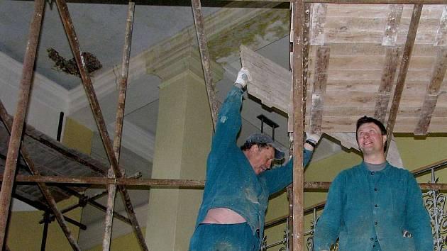 Včera stavěli dělníci stavební firmy na schodišti školy lešení. O víkendu snesou starou stropní omítku.