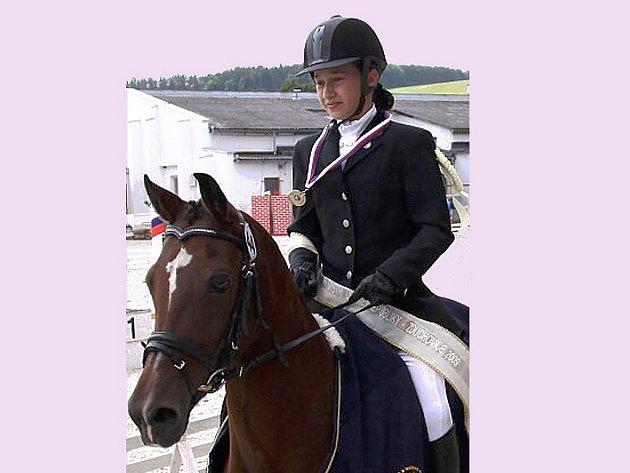 Anežka Zajícová v sedle koně.
