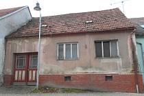 Pohled na dům v centru Dačic, kde došlo k tragickému požáru.