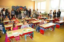 Ve Studené vyrazili školáci do nově zrekonstruované a zateplené školy. Prvňáčky, kteří letos naplnili dvě třídy, přivítal starosta obce Vítězslav Němec.
