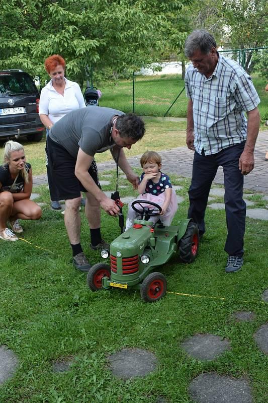 Hitem mezi dětmi byla jízda zručnosti na traktůrku, který vyrobil a zapůjčil na akci pan Miroslav Souček.
