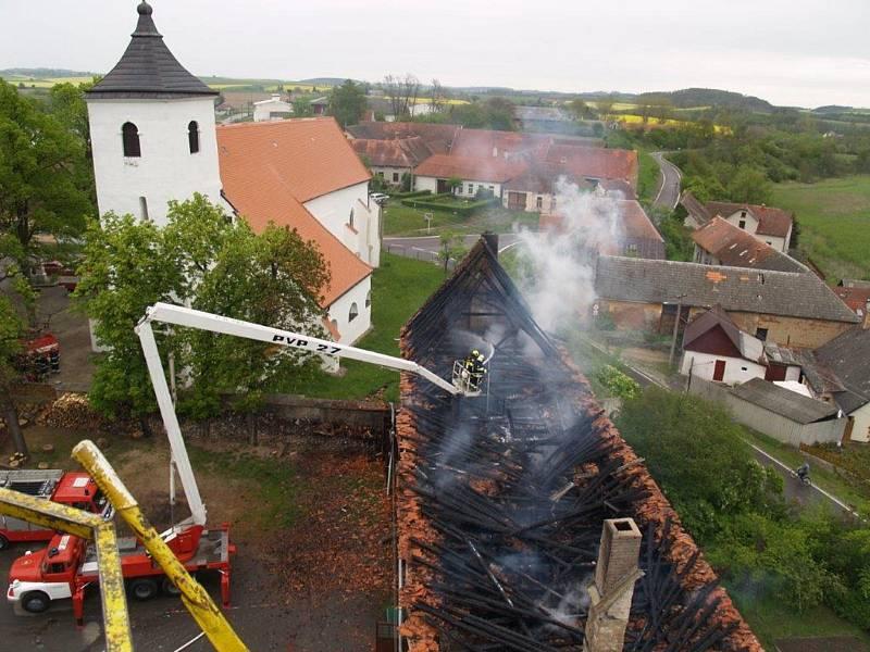 Požár v Budči zničil kulturní dům s hasičárnou.