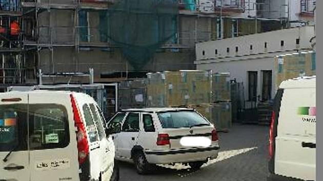 Prakticky každodenní pohled na staveniště u třeboňského domu s pečovatelskou službou.