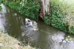 U Velkého Pěčína na Dačicku havaroval motocyklista. I se strojem skončil v potoku.