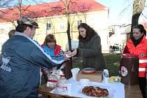 Jindřichohradecká Farní charita společně s oblastním spolkem Českého červeného kříže rozdává polévku lidem v nouzi v Jindřichově Hradci.