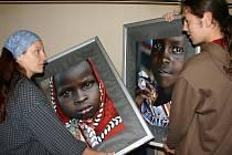 Muzeum Jindřichohradecka otvírá právě dnes výstavu humanistického centra Narovinu na podporu chudé Afriky. Při instalaci jsme v Křížovnické chodbě minoritského kláštera  zastihli Simonu Bohatou a  Václava Blumentrita.