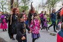 V Lomnici nad Lužnicí staví mládež májku ručně na Farské louce. Letos se ale akce spojené s čarodějnicemi neuskuteční.