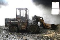 Požár skladu krmiv v Jilmu vypukl po technické závadě na nakladači.