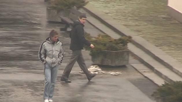 Kdo je záhadný mladík ve světlé bundě? V březnu 2009 navštívil pohřeb Soni Illeové. Foto: Policie ČR
