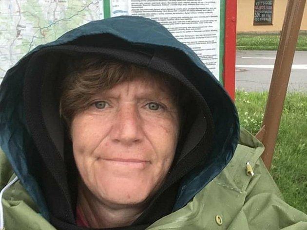 Vpondělí Martina Šlincová ipřes nepřízeň počasí urazila dalších 31kilometrů ze Studené do Hladova. Cestou přemítá onemoci, která zasáhla její život.
