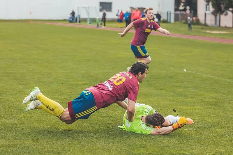 Fotbalisté Nové Bystřice nezvládli závěr utkání s Olešnicí (ve žlutém) a doma prohráli 4:7. Foto: Stanislav Hladík