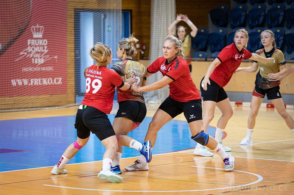 Jindřichohradecké házenkářky (v červeném) v této sezoně už žádný další zápas v I. lize nepřidají. Svaz totiž zrušil amatérské a mládežnické soutěže.
