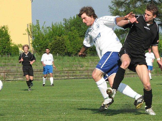 Suchdolský Jakub Záruba byl autorem jediného gólu hostujícího týmu. Na snímku (vlevo) bojuje s velenickým Tomášem Kopeckým.