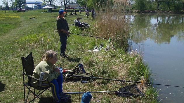 Dětské rybářské závody na rybníku Kozlov v Nové Včelnici.
