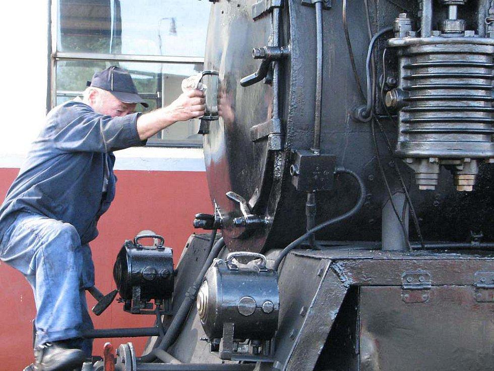 Jindřichohradecké místní dráhy provozují i parní vlaky. Mašinfíra Jaroslav Dvořák.