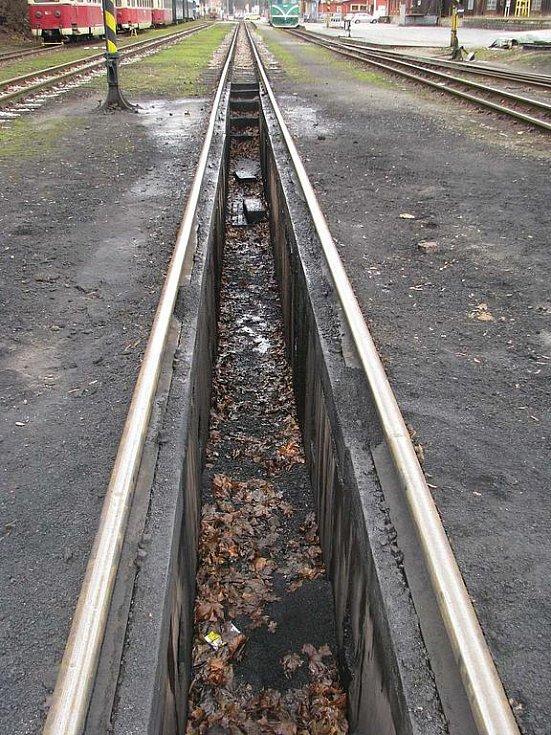Jindřichohradecké místní dráhy provozují i parní vlaky. Popelová jáma.