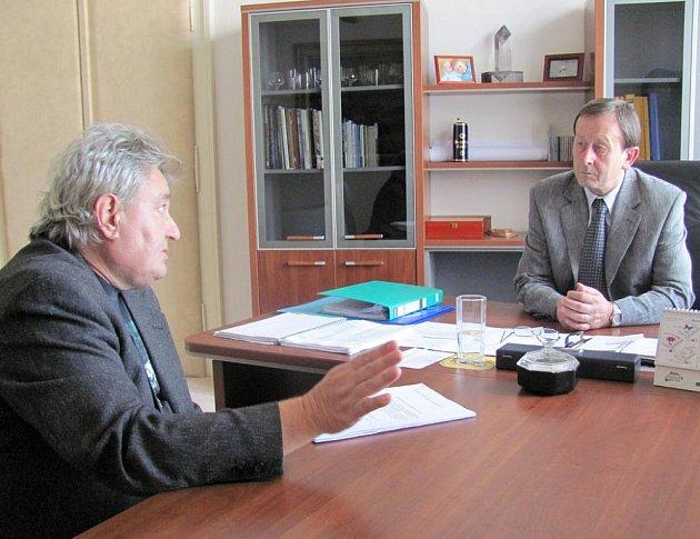 Člen petičního výboru Zdeněk Hanzal předal starostovi Hradce Stanislavu Mrvkovi petici proti rušení nočního klidu na Vajgaře.