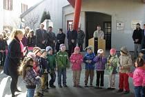 Děti ze slavonické školky na hraničním přechodu do Rakouska, který je otevřený dvacet let.