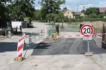 Až do srpna budou řidiči v J. Hradci jezdit po náhradním mostu přes Ratmírovský potok.