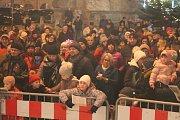 Jindřichohradecké náměstí Míru zaplnily při celorepublikové akci Česko zpívá koledy stovky lidí.