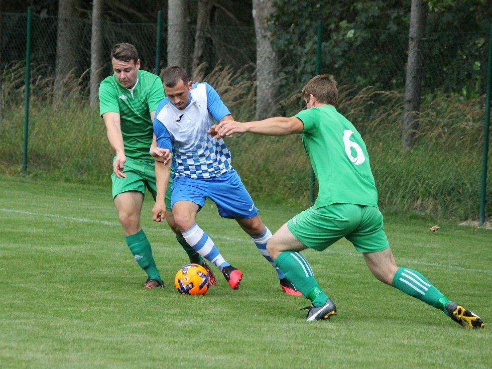 V úvodním kole I. B třídy fotbalisté Studené (v modrobílých dresech) na svém stadionu porazili Lomnici 5:2.