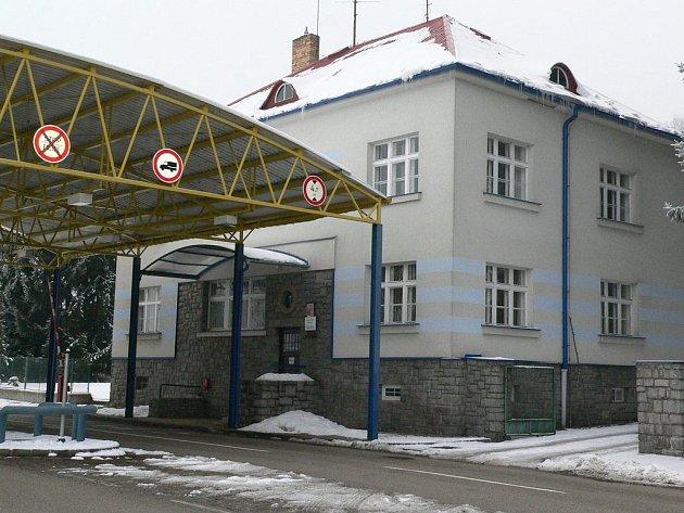 Pohled na budovu celnice v Nové Bystřici. V současné době již bylo odstraněno zastřešení odbavovacího prostoru.