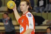 Extraligoví házenkáři Třeboně dokázali v úvodním duelu skupiny o 9. – 12. místo zvítězit v Hustopečích 29:25 a velký podíl na nečekaném bodovém importu měl i Martin Mlsna (na snímku), který do sítě soupeře z pozice spojky nasázel šest gólů.