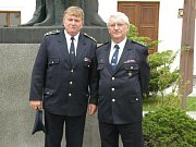 Zasloužilý hasič Miroslav Šandera (vpravo)