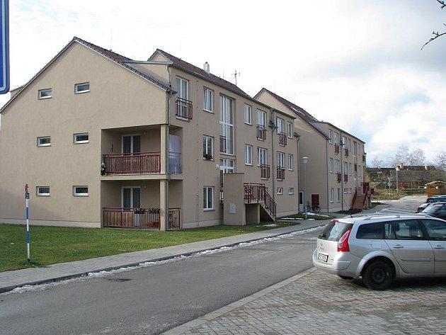 Nové byty v Lomnici nad Lužnicí jsou jedním z předmětů sporu.