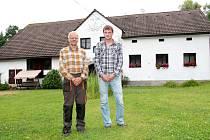 Otec a syn, Miroslav a Petr Beránkovi, společně opravují malé vodní elektrárny.