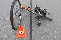 Pozůstatek po páteční nehodě cyklisty a auta v Jarošovské ulici.